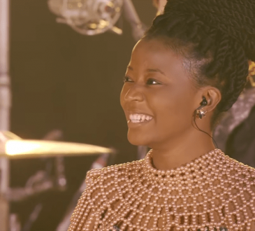 """Special Guest Esther Chungu Performs """"Jehovah"""" With Coldplay At The Global Citizen Festival."""
